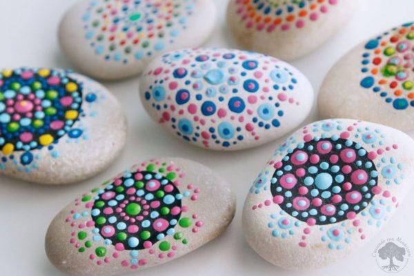Creciendo con montessori for Pintura sobre piedras