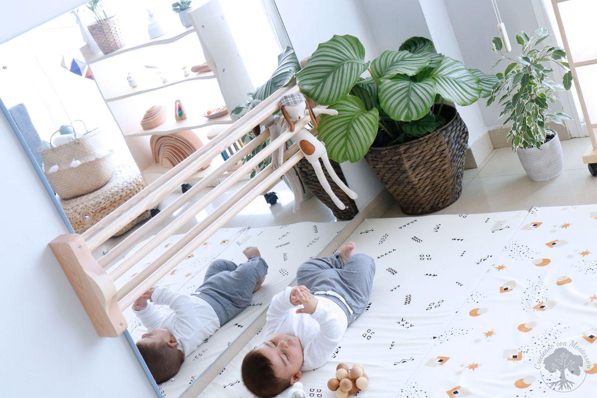 Ambiente montessori beb en casa 1 espejo con barra colch n de suelo estanter a creciendo - A que altura colgar un espejo de cuerpo entero ...